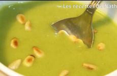 Soupe de petits pois aux pignons de pin grillés