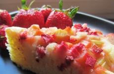 Gâteau à la rhubarbe et aux fraises