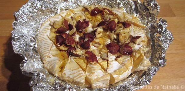 Camembert rôti aux noisettes et miel